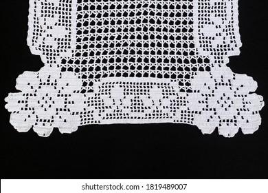 Handgefertigte, weiße Farbtablette mit Rosenmotiv auf schwarzer Oberfläche.Draufsicht