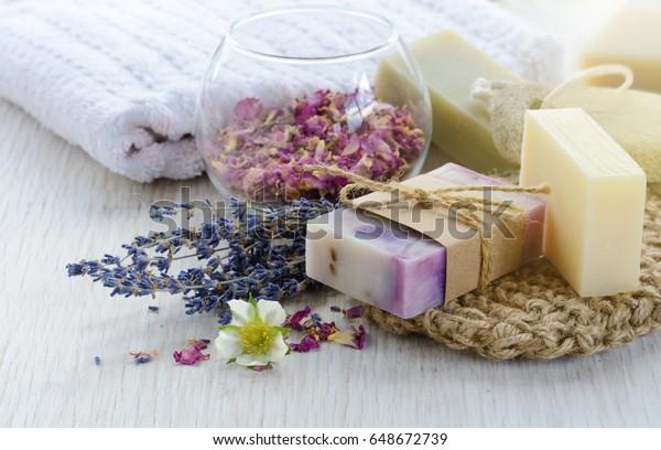 手作りのせっけんと風呂と温泉のアクセサリー。ラベンダーとバラの花びらの干物