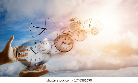 Hände und Uhren am Himmel