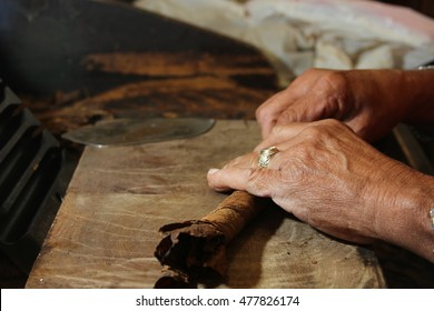 hands of Cuban cigar roller