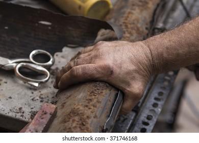 Hands grounding metal