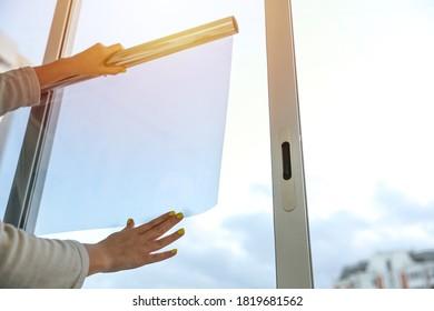 Hände halten eine Rolle Farbfilm