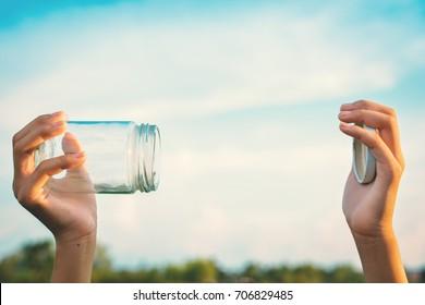 Hände, die Glas-Glas halten, um Frischluft Konzept der Umwelt und sparen sauberes Ozon