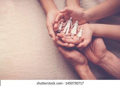 Erwachsene und Kinder, die Papierhandschuhe für Familien, Familienzuhause, Pflegepflege, Obdachlose, das Konzept des internationalen Tages der Familien, Tag der geistigen Gesundheit der Welt