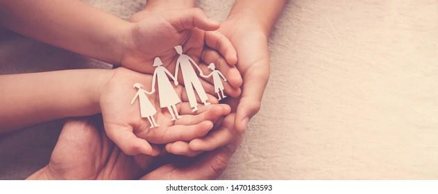 Erwachsene und Kinder, die Papierfamilienausschnitt halten, Familienzuhause, Pflegepflege, Obdachlosenunterstützung