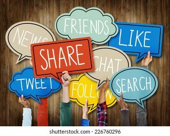 Las manos sostienen burbujas de discursos con palabras en medios sociales