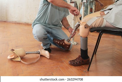 Hands machinery governing prosthetic leg on man