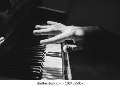 hands play the piano