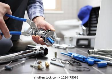 Handputzer in einem Badezimmer, Klempnerreparatur, Montage und Installationskonzept
