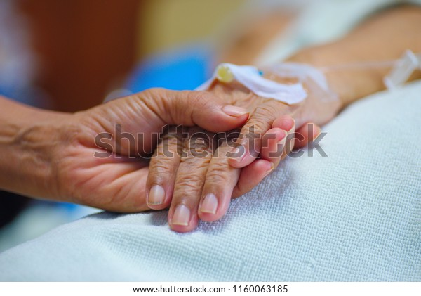 The hands and hands of relatives and relatives of cancer patients in poorly ventilated hospitals, to the patients, to encourage patients to stay.
