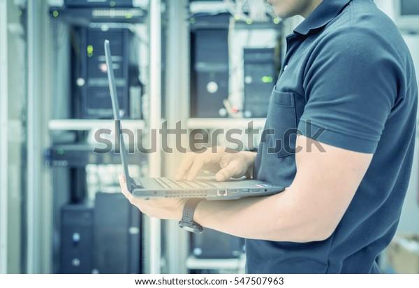 Bir Bilgisayari Tamir Eden Teknisyenin Elleri Stok Fotograf
