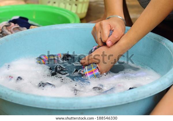 Händewaschen in einer emaillierten Schüssel, Nahaufnahme