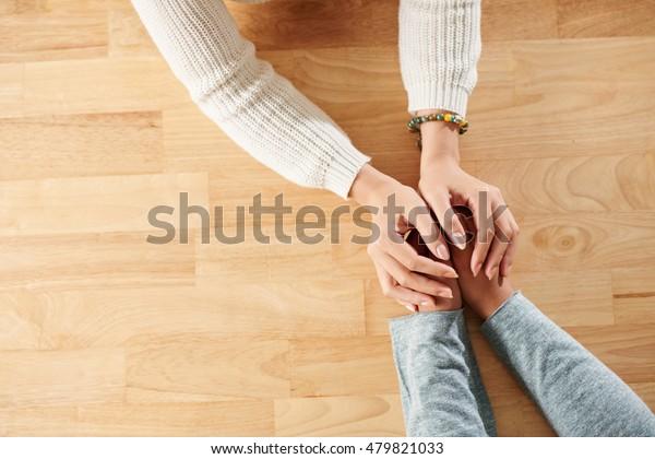 Manos de mujer apoyando a su mejor amiga