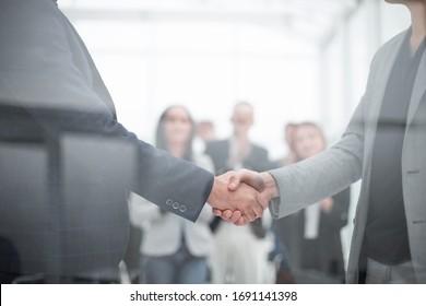 apretón de manos de la gente de negocios en la sala de conferencias