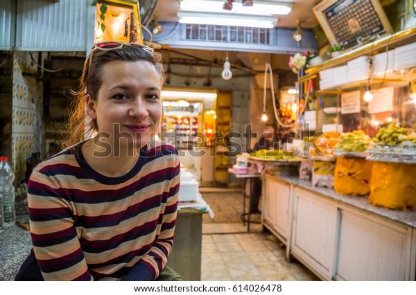 guapo turista en Baklava y tienda Knafeh en el souq en Jerusalén, Israel.