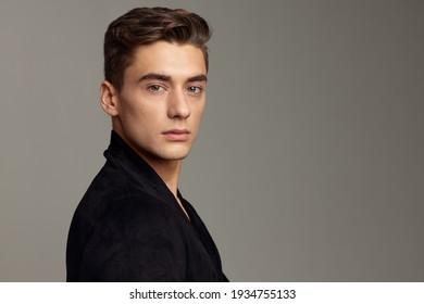gut aussehend Mann schwarze Jacke Mode Friseur Nahaufnahme attraktives Aussehen-Modell