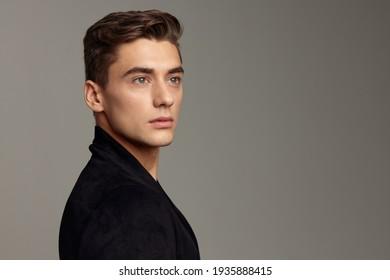 Schöne, männlich modische schwarze Jacke im Friseur