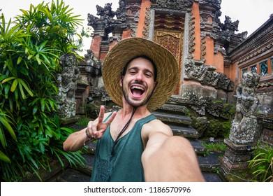 Bello uomo prendendo un selfie in un viaggio in Asia