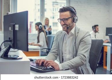 Praktischer Support-Mitarbeiter mit Desktop-Computer im Büro.