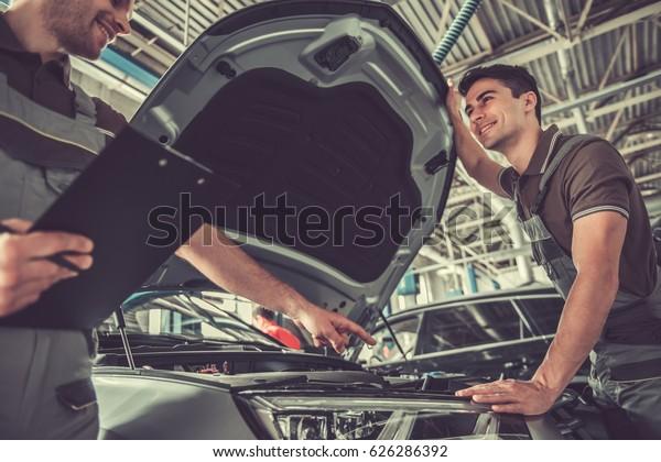 Unos Jovenes Y Guapos Mecanicos Uniformados Foto De Stock Editar Ahora 626286392 Последние твиты от nosotros los guapos (@losguaposof). shutterstock