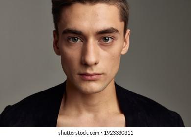 Schöne junge Männer modische schwarze Jacke im Friseur, Nahaufnahme