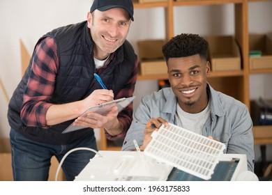 gut aussehender junger Mann Elektriker während der praktischen Prüfung