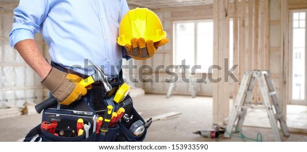 工具ベルトを持つハンドイマン。住宅改修サービス。