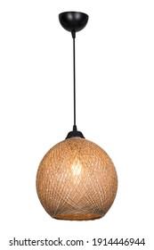 An der Decke hängt ein dekorativer Lampenschirm aus Zwirn, bei dem eine Energiesparlampe eingeschaltet ist. Kronleuchter aus geflochtenem Seil