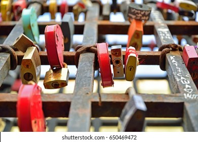 Hanging colored locks on the grid in St. Petersburg.