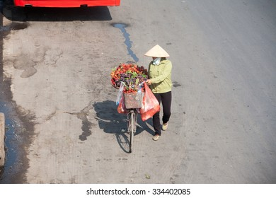 hanoi,vietnam, Otc 28, 2015: daily life in hanoi's old quarter, Hanoi street vendors,They sell everything from fruits to vegetables, flowers and souvenirs. This is a culture of Pho Co Hanoi