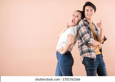 felicidad frescura asiática pareja atractiva vestido casual masculino y femenino risa con alegre y entusiasmo juntos retrato de relación de amistad con el color aislado de fondo