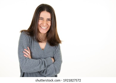fröhliche, fröhliche, geschäftssüße Frau einzeln auf weißem Hintergrund fröhliches Lächeln und fröhlich
