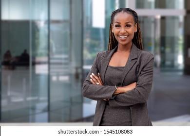 Happy African American Business Leaders CEO-Chefin vor dem Firmengebäude