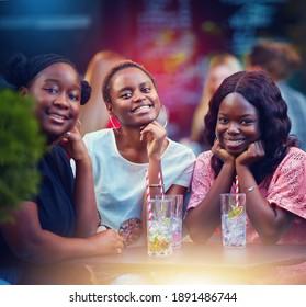 glückliche afrikanische Freunde, Studenten, die Spaß haben, Cocktails auf der Sommerparty trinken