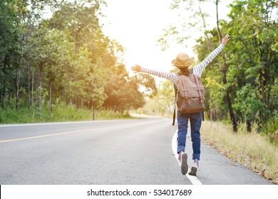 Fröhlicher asiatischer Mädchenkorb auf Straßen- und Waldhintergrund, Relax Zeit auf Urlaubskonzept Reise, Farbe des Vintage-Tons und weicher Fokus