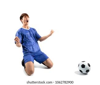 joyeuse joueuse de football asiatique isolé sur blanc