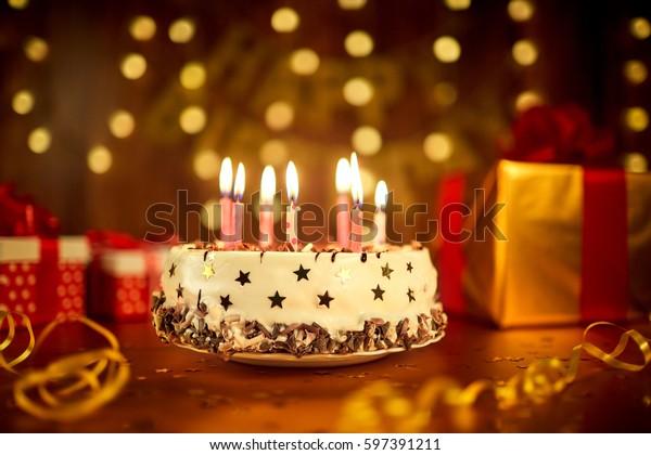 グランドAの背景にハッピーバースデーケーキとキャンドル