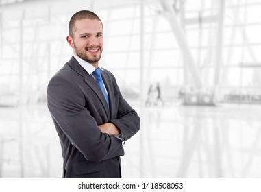 retrato de feliz hombre de negocios en la oficina