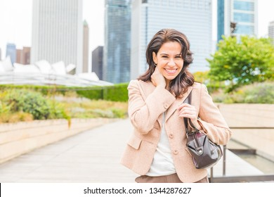 Happy business woman portrait smiling with modern city background - Independent woman, success concept and productive attitude with American woman in USA, Chicago