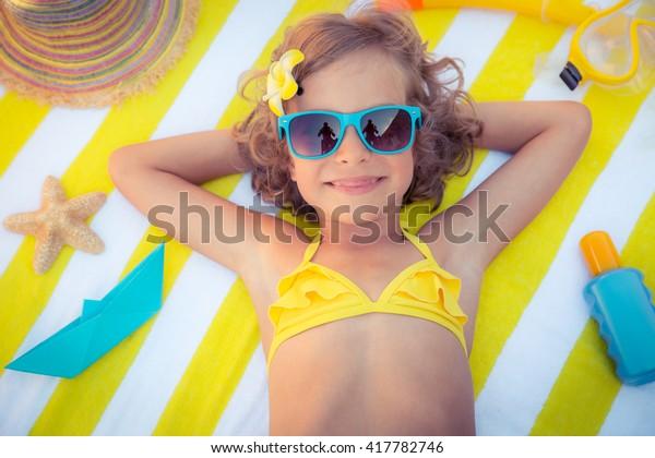 Gelukkig kind op het strand. Kind die plezier heeft buiten. Zomervakantie concept. Portret bovenaanzicht