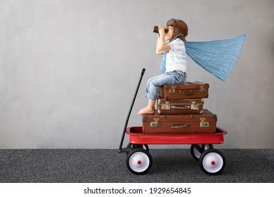 Niño feliz jugando al aire libre. Niño sonriente soñando con vacaciones de verano y viajes. Imaginación y concepto de libertad