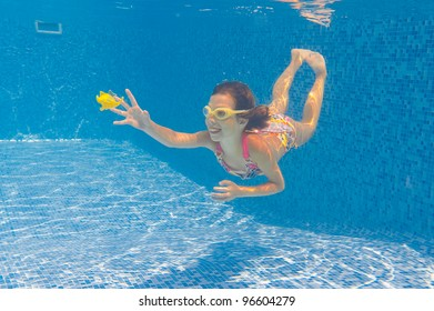 Baby swimming underwater stock images royalty free images for Happy fish swimming
