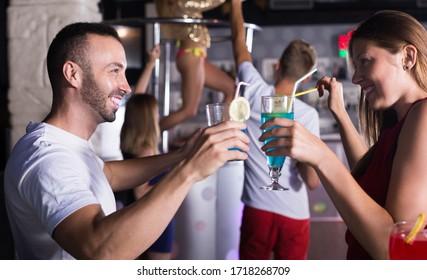 Gutes Paar mit Cocktails im Nachtclub