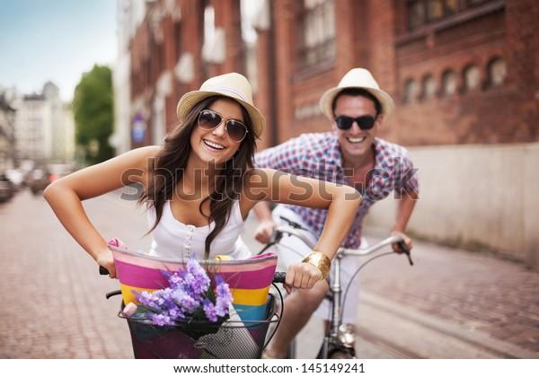 Schönes Paar Radfahren in der Stadt