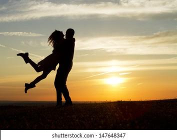Casal feliz no pôr do sol
