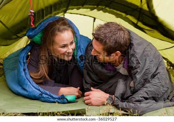 Un couple heureux dans une tente se regardant
