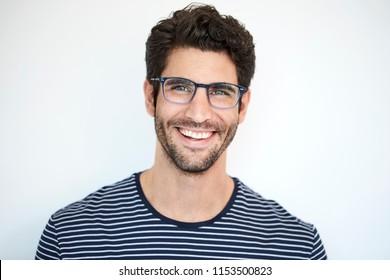 Feliz tío con lo mejor a rayas y gafas, retrato