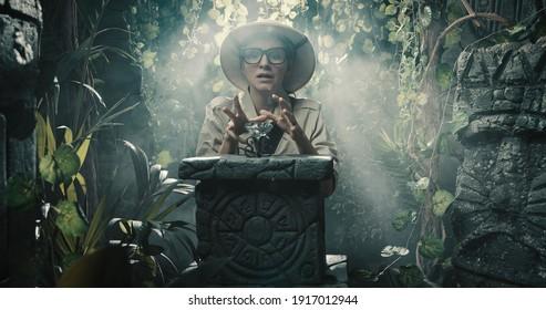 Froher Entdecker findet einen wertvollen Schatz im tropischen Dschungel, Abenteuer und Fantasiekonzept
