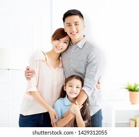 Bonne famille et enfant s'amusant ensemble