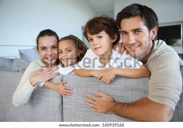 Fröhliche Familie von vier entspannenden in Sofa